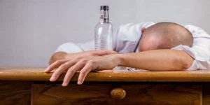 ماهي الاعراض التي تظهر على شارب الخمر