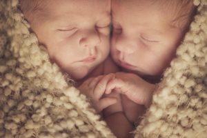 متى يتحرك التوأم في بطن الام