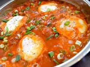 طريقة عمل البيض المسلوق بالطماطم
